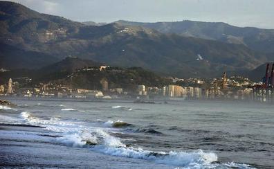 Rescatan en la desembocadura del Guadalhorce a cuatro jóvenes que salieron a pescar en barcas hinchables