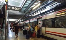 Un hombre ebrio interrumpe el Cercanías en Fuengirola al ponerse en la vía y colarse bajo el tren