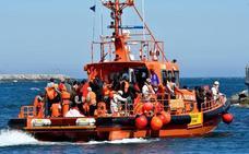 Rescatadas 33 personas, entre ellas un bebé y un niño, a bordo de una patera a 69 millas al sur de Málaga