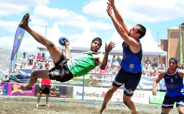 El Azuqueca y el Getasur triunfan en la Copa de balonmano playa de Torrox