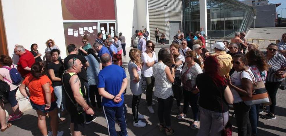 Un centenar de afectados de iDental se concentran ante la clínica de Málaga para pedir soluciones