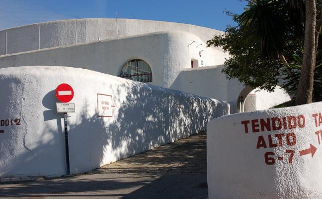 Problemas técnicos impiden el comienzo del cine de verano en la plaza de toros de Estepona