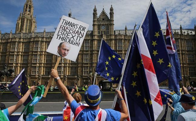 Barnier y Davis se tantean en Bruselas