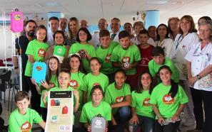 Escolares de Archidona fabrican carcasas decorativas para niños hospitalizados en el Materno