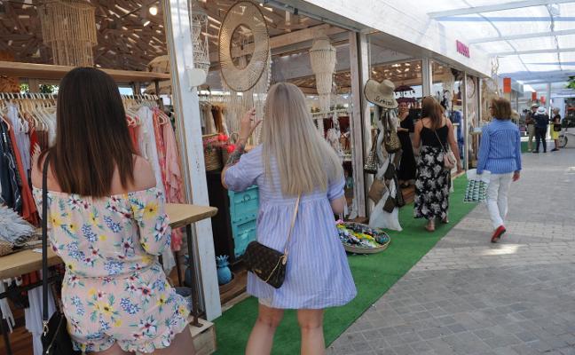 El mercado de artesanía de Puerto Banús abre sus puertas