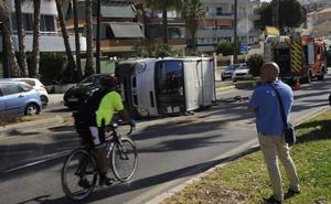 Aparatoso vuelco de una furgoneta en el paseo marítimo Ruiz Picasso