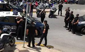 El emotivo saludo de los policías nacionales de Málaga para despedir a su compañero Miguel