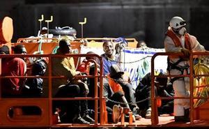 Buscan a 40 personas que viajaban en una patera en Cabo de Gata tras rescatar a un millar desde el viernes en Andalucía
