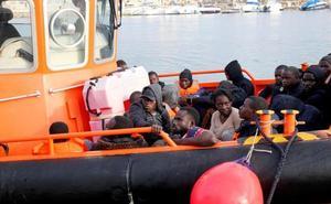 Trasladan al puerto de Málaga a más de cien inmigrantes de tres pateras en aguas de Alborán