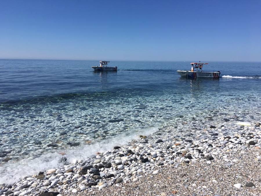 Retiran once toneladas de medusas en tres días en las playas entre Nerja y Mijas