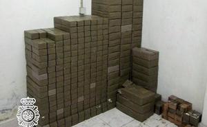 Condenas de entre 7 y 10 años para los guardias civiles que robaron 100 kilos de hachís en Marbella