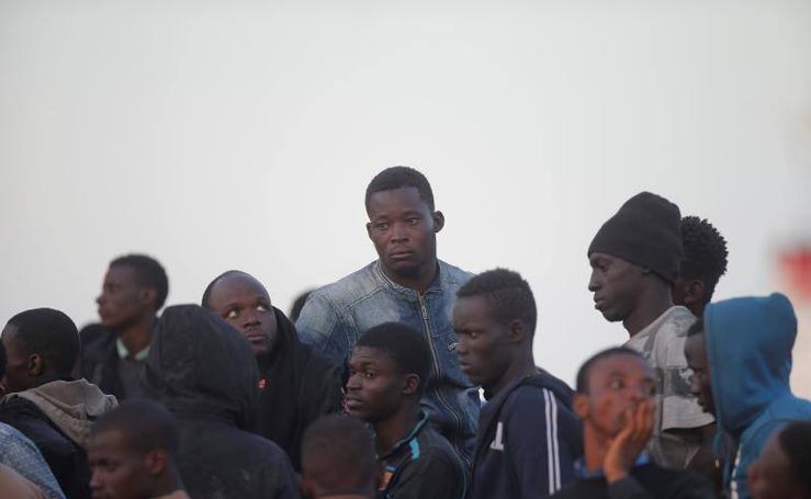 El relato fotográfico de cómo llega un rescate al puerto de Málaga