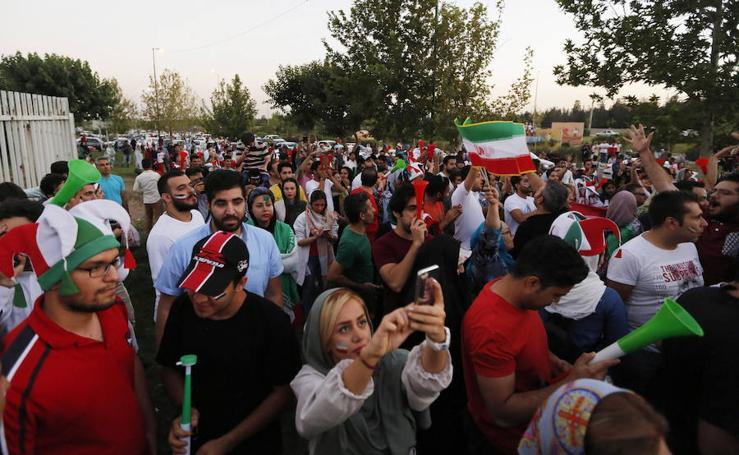 Mujeres y hombres, juntos por primera vez en el estadio Azadí de Teherán