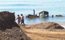 Se cae con su excavadora al mar cuando realizaba trabajos de regeneración de la arena en la playa de Ferrara en Torrox