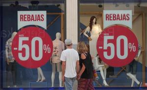 Los comercios adelantan las rebajas para compensar la caída de ventas en primavera