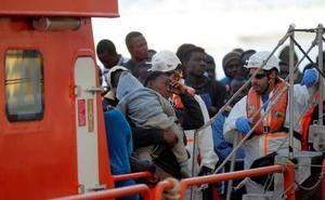 Málaga recibe más de 300 inmigrantes rescatados en seis pateras en el mar de Alborán