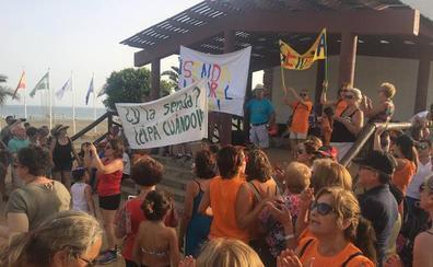 Unos 400 vecinos de Chilches y Benajarafe se manifiestan para exigir la Senda Litoral