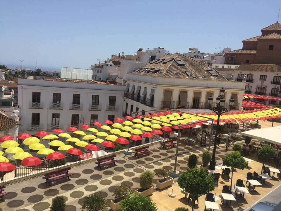 Una bandera de España gigante en Torrox para vivir el Mundial