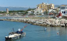 El Puerto de Cabopino retira la arena que impide el paso de barcos de gran calado
