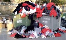 El bulo xenófobo que acusa a los migrantes de tirar la ropa que se les dona