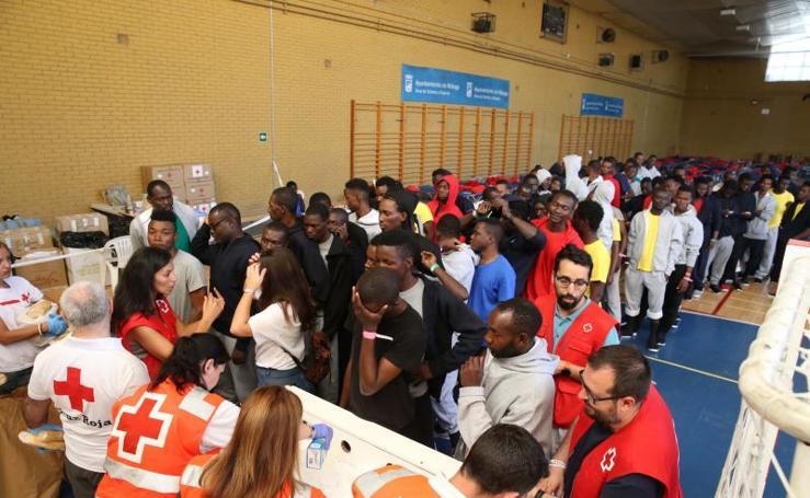 Inmigrantes llegados a Málaga acogidos en el polideportivo de Tiro Pichón