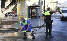 El nuevo baldeo en las calles de Málaga arranca con muchas dudas, pero sin grúa