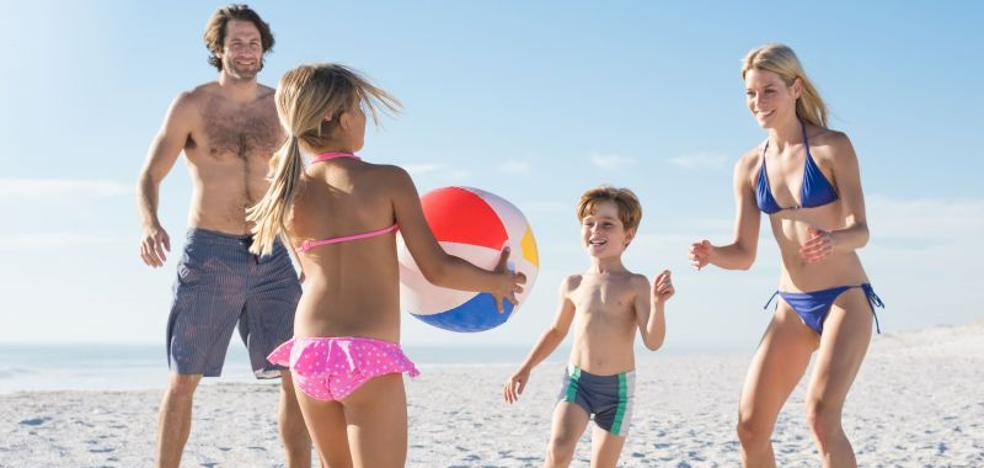 Ideas para compartir juegos con tus hijos en la playa y la piscina