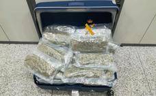 Una pasajera detenida en el aeropuerto de Málaga con diez kilos de marihuana en su equipaje