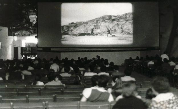 Malaga Aquellos Cines De Verano De Sesion Doble Y Pipas Diario Sur