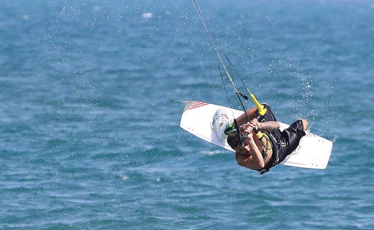 El kitesurf toma la playa de Arraijanal con el poniente