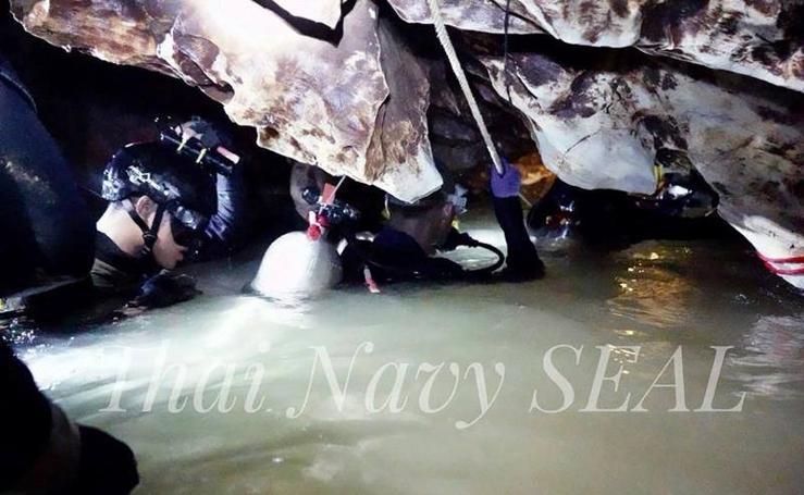 El interior de la cueva donde los tailandeses atrapados aprenden a bucear para sobrevivir
