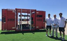 Torre del Mar presenta 'Cubo Fit', un gimnasio tipo americano instalado en una playa española