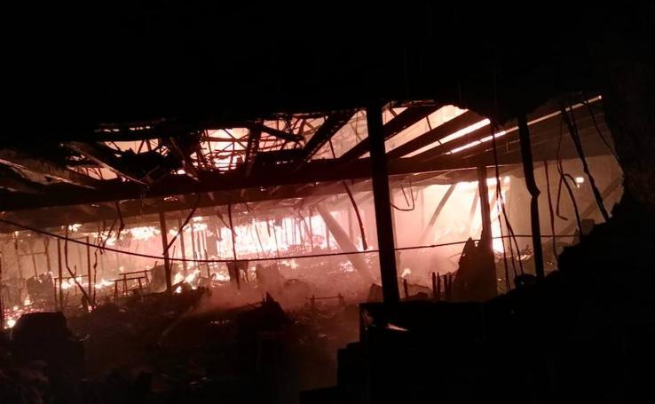Un incendio calcina una nave de muebles en el Polígono El Viso: las imágenes del antes y el después