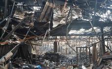 Un incendio calcina una nave de muebles en el Polígono El Viso