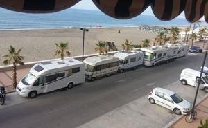 Vecinos y comerciantes exigen más control de las caravanas en Carvajal en Fuengirola