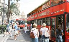 Miembros de Arran lanzan un bote de humo a autobús turístico en Valencia