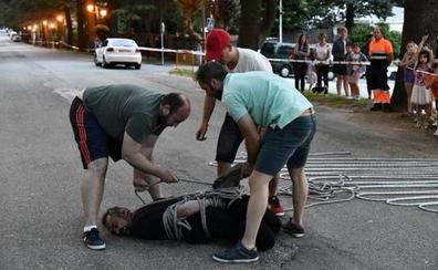 Un escapista pierde una apuesta de 1.000 euros con tres vecinos al fallar su truco