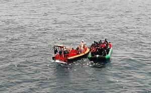 Trasladan al puerto de Málaga a 231 migrantes rescatados en el mar de Alborán
