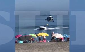Una lancha se adentra en una playa llena de bañistas en Sabinillas cuando huía del helicóptero de la Policía