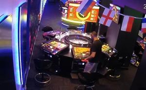 Dos detenidos acusados de estafar 18.000 euros al manipular una ruleta en un salón de juegos de Málaga