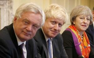 Los duros del 'brexit' abandonan a May