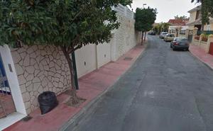 Bomberos rescatan en Málaga a una mujer tras caer a la piscina de su casa, que estaba vacía
