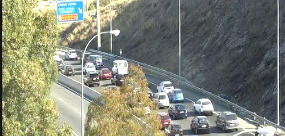 Una colisión entre un coche y una moto provoca retenciones en la A-7 a la altura de Málaga