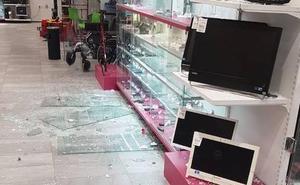 Roban teléfonos y oro en un Cash Converters tras destrozar el cristal de la entrada con una maza