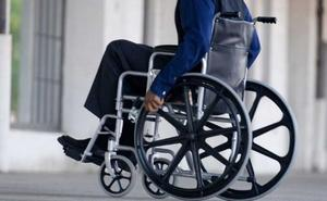 Tira a un anciano en silla de ruedas y le rompe la mandíbula a una mujer al intentar robarle con la técnica del 'mataleón'