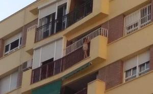 Bomberos rescatan a una niña de 5 años colgada del balcón de una octava planta en Málaga