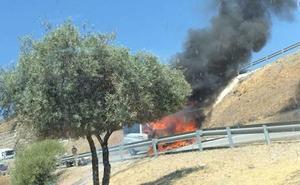 El incendio de una furgoneta causa alarma en la salida de la autovía a Rincón de la Victoria