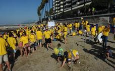Familias del colegio Vargas Llosa reclaman con cruces en la playa un nuevo instituto en Marbella