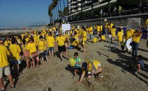 Familias del colegio Vargas Llosa reclaman con cruces en la playa un nuevo instituto