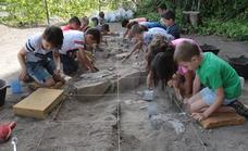 Pequeños excavadores: el futuro de la arqueología malagueña está en Ardales